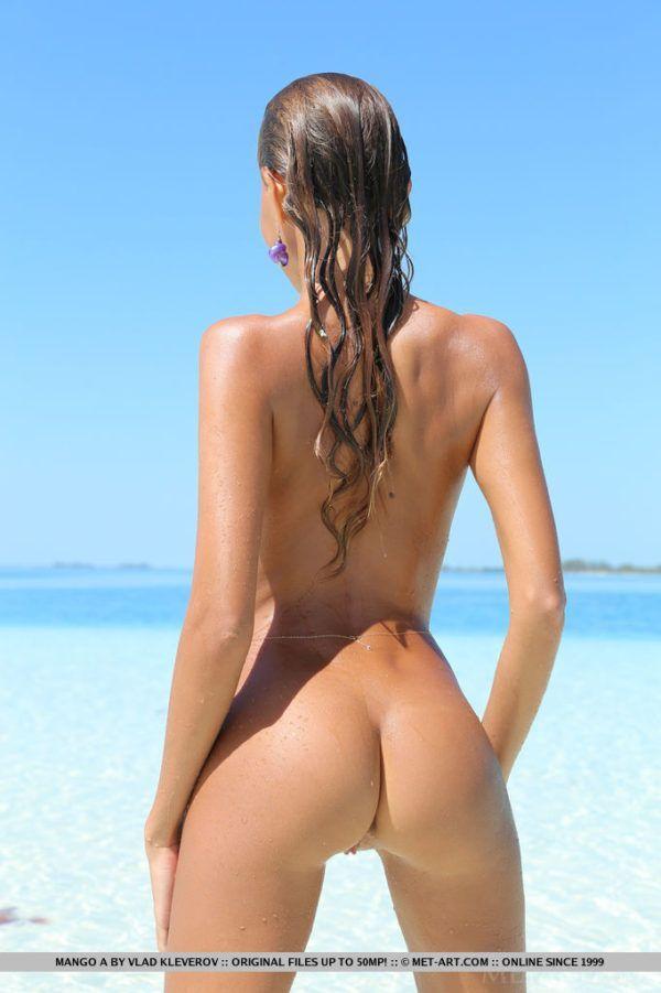 Magrinha safada peladinha na praia